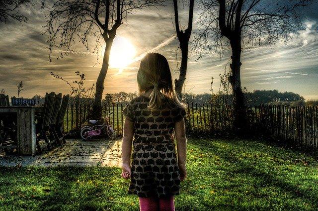 Se condena a pagar a un progenitor millonarias sumas de dinero por daño moral y patrimonial, por no haber reconocido a su hija